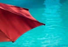 游泳池边伞 免版税库存照片