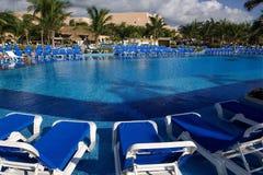 游泳池边可躺式椅 库存图片