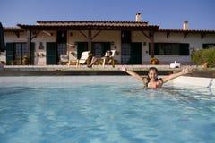 游泳池边夏天视图 库存图片