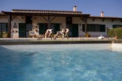 游泳池边夏天视图 免版税库存图片