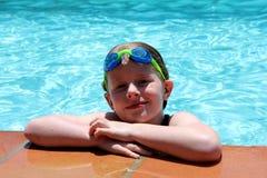 游泳池边女孩 免版税库存图片