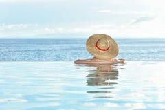 游泳池边妇女 免版税库存照片