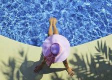 游泳池边妇女 免版税库存图片