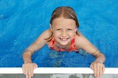 游泳池边微笑 免版税图库摄影