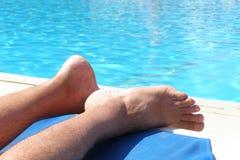 游泳池边放松 库存图片