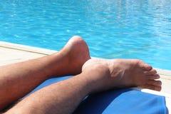 游泳池边放松 免版税图库摄影