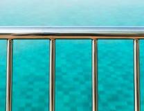 游泳池边栏杆 图库摄影