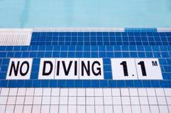 游泳池边没有潜水标志 免版税库存照片