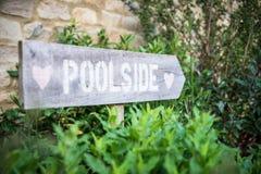 游泳池边的一个标志 免版税库存照片