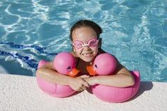 游泳池边的女孩 免版税库存照片