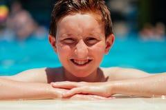 游泳池边的男孩 免版税库存图片