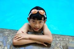 游泳池边的逗人喜爱的男孩 库存图片