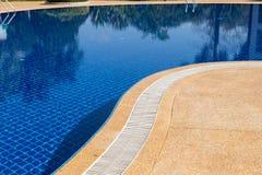 游泳池边缘溢出流失白色滤栅 免版税库存图片