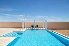 游泳池边荫径和无限游泳池 免版税库存图片