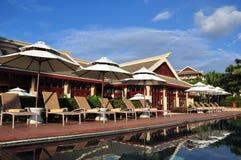 游泳池边风景在丽思卡尔顿三亚,亚龙湾中 图库摄影