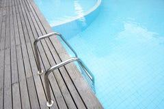 游泳池边 库存图片