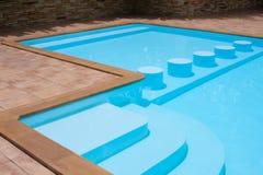 游泳池边 免版税库存图片