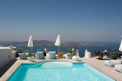 游泳池边sunbeds有破火山口视图 免版税库存照片