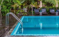 游泳池镀铬物扶手栏杆  免版税库存图片