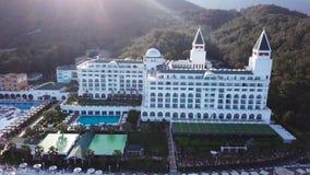 游泳池顶视图在热带海滩的在豪华旅馆里 录影 豪华旅馆顶视图海滩的 股票录像