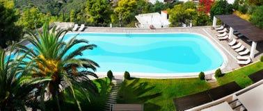 游泳池,棕榈庭院,豪华旅馆 免版税库存照片