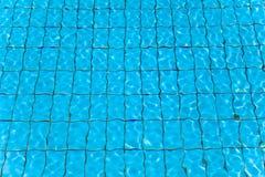游泳池水和波浪 图库摄影