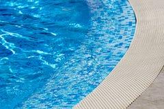游泳池-清楚的大海细节 库存图片