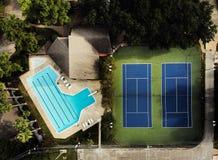 游泳池&网球场 免版税库存图片