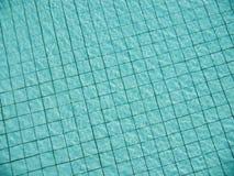游泳池水表面上的光反射  图库摄影