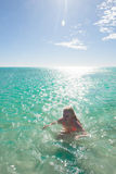 游泳热带海洋的白肤金发的比基尼泳装妇女 库存图片