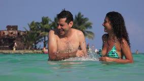 游泳的人们飞溅水和获得乐趣在暑假 股票视频