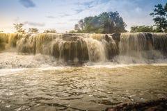 游泳的名为Tadton瀑布异乎寻常的小瀑布  免版税库存照片