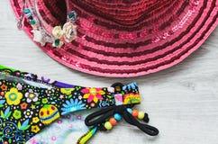 游泳的必要的衣裳在一个木板的海 从太阳、玻璃和泳装的帽子 旅行的海运 健康 库存照片