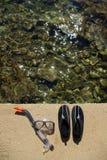 游泳的或冲浪的鞋子和在海滩的潜水的屏蔽 免版税图库摄影