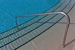 游泳的梯子池 免版税库存照片
