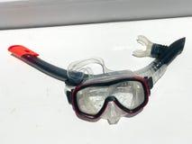 游泳的潜水的透明湿面具在与一根黑呼吸管的水下在白色背景的水下 免版税图库摄影