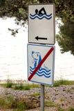 游泳的被允许的标志 在海海滩的没有狗允许的标志 没有狗标志和宠物 禁止的标志允许的标志被禁止的狗 免版税库存图片