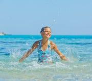 游泳的逗人喜爱的女孩 免版税图库摄影