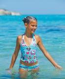 游泳的逗人喜爱的女孩 图库摄影