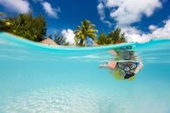 游泳的水下的妇女 免版税图库摄影