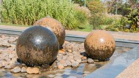 游泳石球形喷泉 免版税库存图片