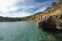 游泳者在ibiza海岛 免版税库存图片