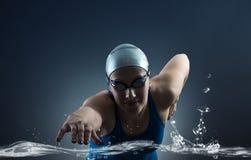 游泳者游泳。 库存图片