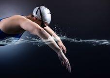 游泳者游泳。 免版税库存图片