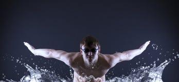 游泳者游泳。 免版税图库摄影