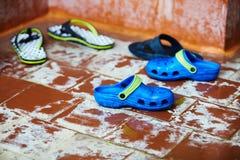游泳自由式的孩子在游泳的教训 免版税图库摄影