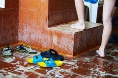 游泳自由式的孩子在游泳的教训 图库摄影