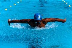 游泳蝴蝶少年非洲人 图库摄影