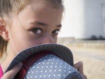 游泳衣的一个十几岁的女孩,游泳在海 免版税库存照片