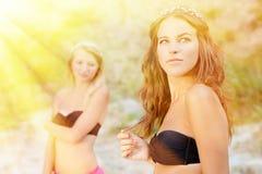 游泳衣的两个肉欲的年轻美丽的夫人 免版税库存照片
